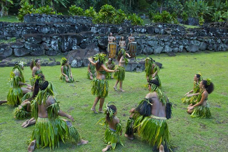 маркизский танец в зелёных костюмах